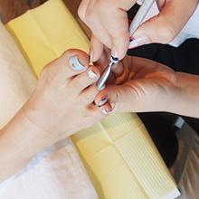 キューティクルリムーバーを塗布しキューティクルを押し上げ、余分な甘皮やささくれをカットします。