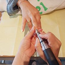 マシーンを使いある程度までジェルを削っていきます。