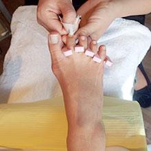 爪表面の余分な油分、汚れを専用の液で取り除いていきます。